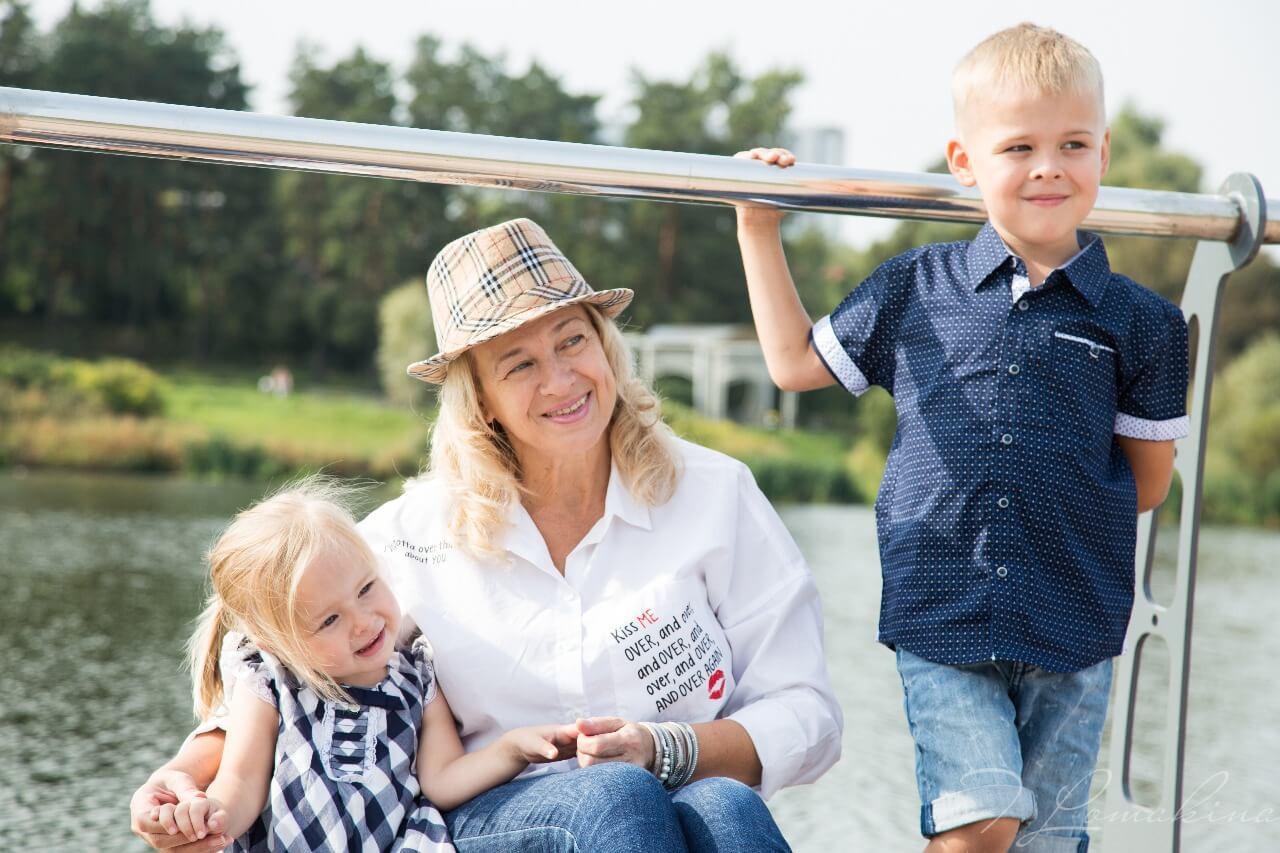 Фотосессия бабушки с внуками